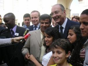 2005-jacques-chirac-a-la-prefecture-de-tours-pour-la-r-emise-de-certificats-de-nationalite-franc%cc%a7aise